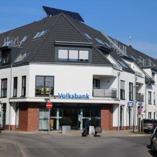Mehrfamilienhaus mit Bankgebäude