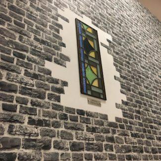 Steintapetenausschnitt mit echter Scheibe aus dem Kölner Dom