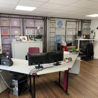 Gestaltung eines Büroraumes an Boden, Wand und Decke