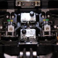 Blick auf die Elektroden / V-Nut eines Spleißgerätes